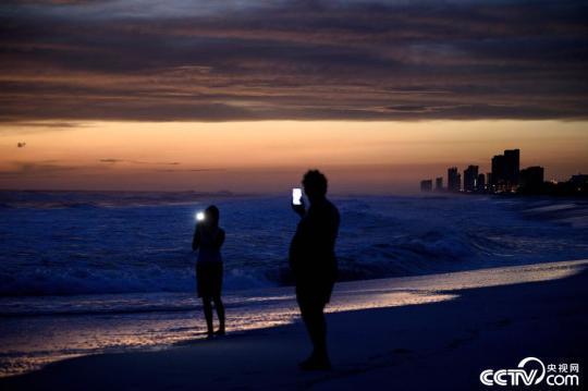 """飓风""""迈克尔""""即将登陆美国佛州 民众海边惬意看景"""