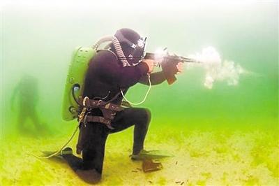 """水下步枪打连发,""""挤开""""水流向前进阮铭居"""
