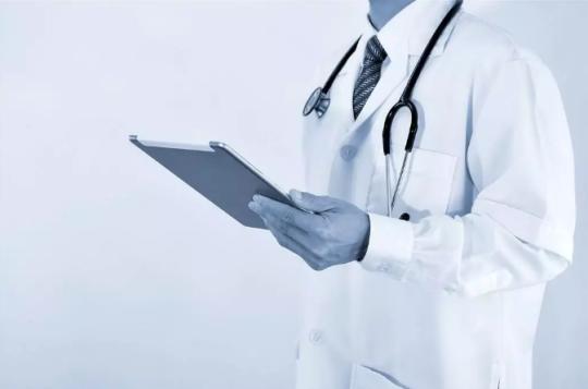"""60万医学生仅10万从医 年轻人为何不愿穿""""白大褂"""""""