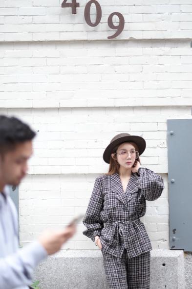 青年歌手温馨纽约街拍曝光 多组造型演绎百变女郎