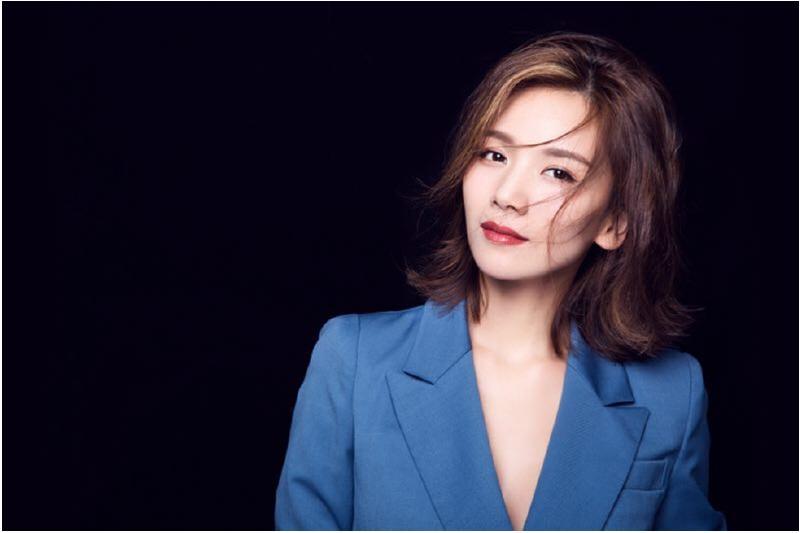 曹曦文登《我就是演员》节目 穿蓝裙亮相