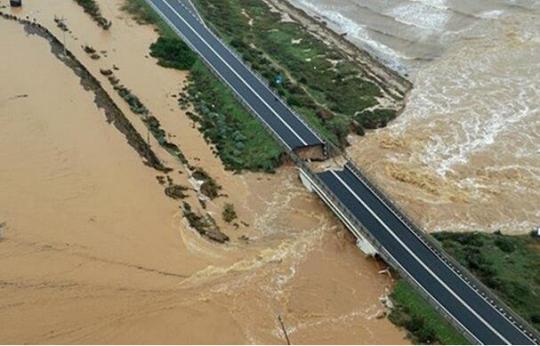 天灾人祸? 意大利再现高速公路桥坍塌事件一钩新月挂西楼