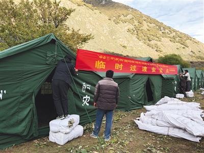 金沙江堰塞湖自然泄流 两万余群众已撤离
