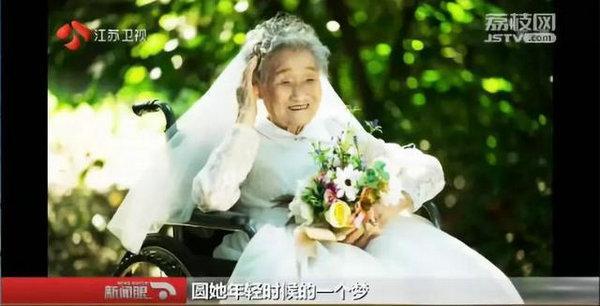 女孩反串新郎陪96岁奶奶拍婚纱照,这句话暖哭了!