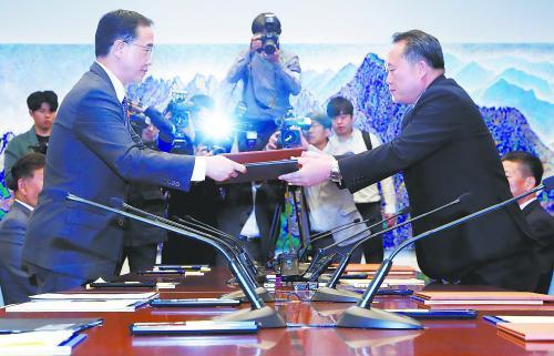 """韩朝双方15日在板门店韩方一侧""""和平之家""""举行高级别会谈,确定铁路、公路对接工程开工日期。"""