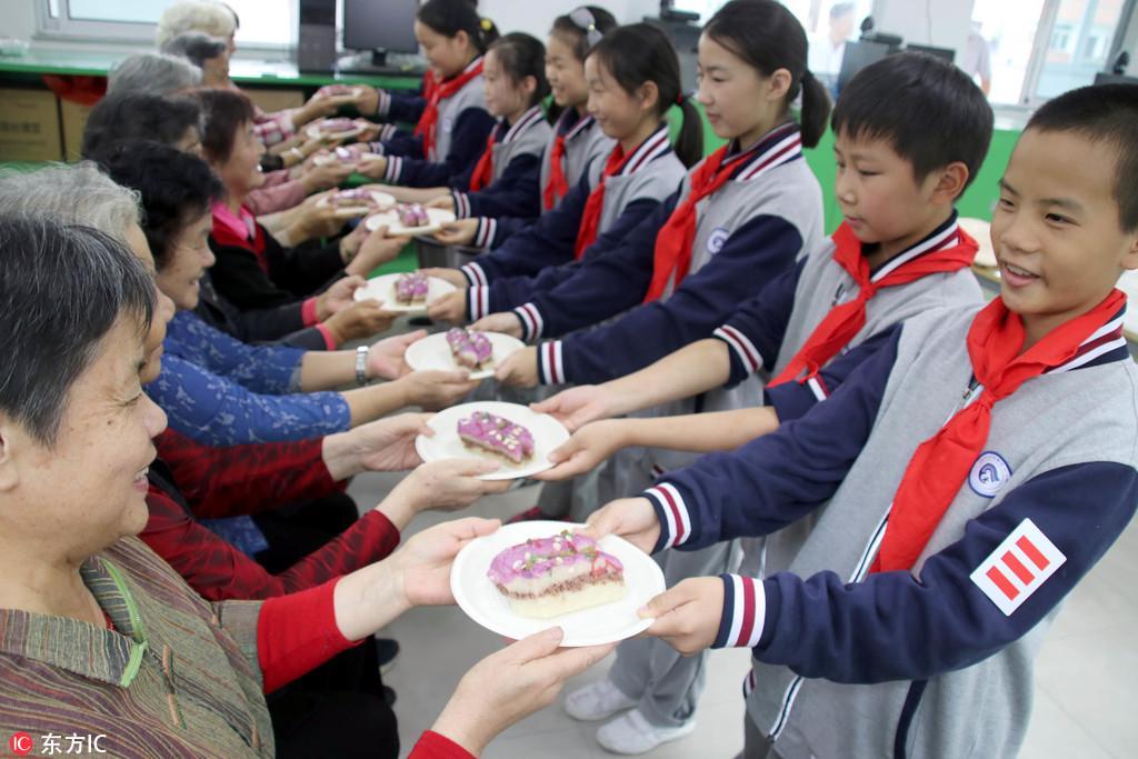 江苏苏州:学做重阳糕 喜迎重阳节