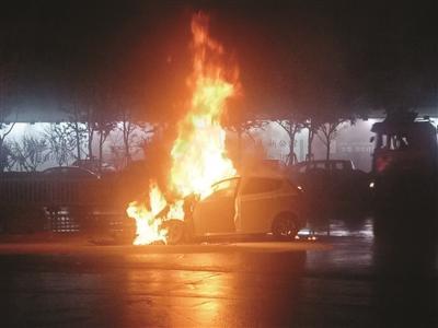 雨夜小轿车突自燃