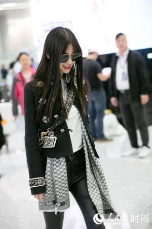 [墨镜分页帅气]Angelababy罕见机场被拍 帅气打扮墨镜点睛