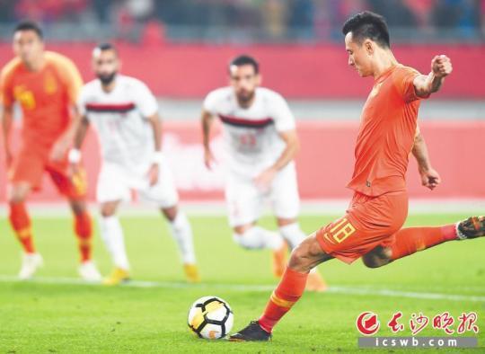 中国队球员郜林(右)在比赛中主罚点球。新华社记者 季春鹏 摄