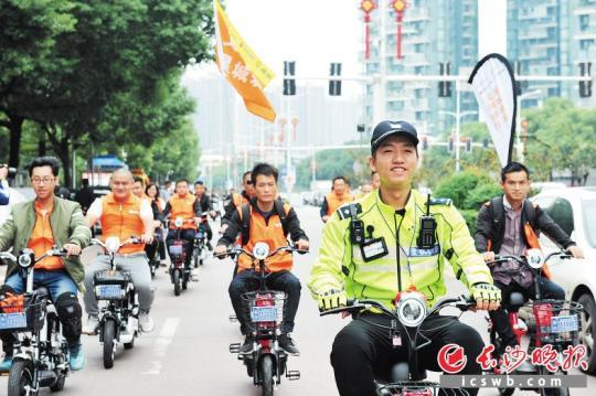 """昨日在""""文明骑行·星城表率""""活动现场,交警带领志愿者文明骑行。 长沙晚报记者 小刘军 摄"""