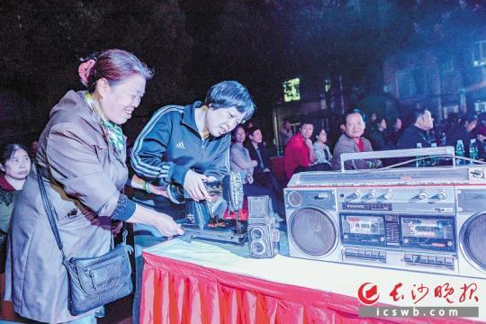 """录音机、缝纫机、老式相机……前晚,在天心区狮子山社区,一件件""""老古董""""吸引了社区居民的目光。  长沙晚报记者 陈飞 摄"""