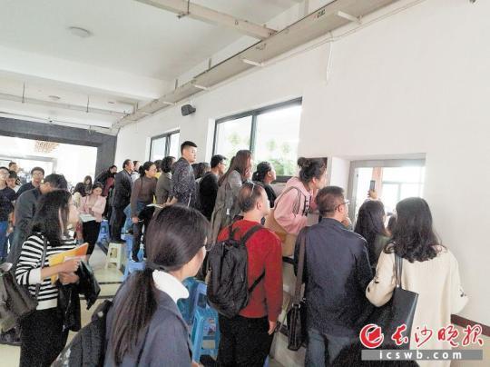 雅礼中学教学开放日,课堂外都挤满了听课者。长沙晚报记者 周和平 摄