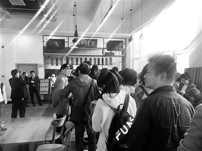 校外人员跟风打卡崔永元面馆 中传:不对外营业