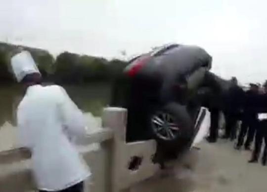 车子不挂停车档什么后果?这辆SUV差点冲进河道