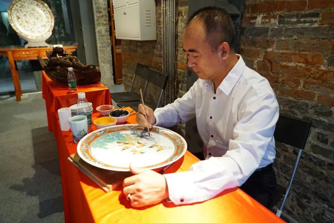 △广州广彩国家级传承人谭广辉在制作《吉祥如意》 (央视记者 王晓东拍摄)