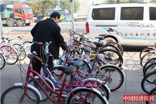 p34 王庆坨镇聚集了诸多自行车商铺厂商,但如今挑选购买或订货的客户寥寥无几。《中国经济周刊》记者 银昕I 摄
