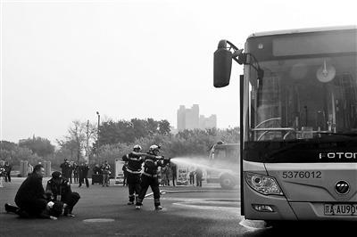 北京警方开展公交车应急处突演练