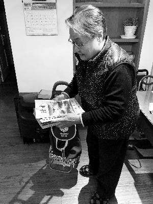"""北京奶奶每周跨省辅导留守儿童 进村办免费""""小课桌"""""""