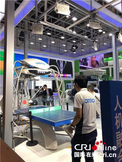 图片默认标题_fororder_首届中国国际进口博览会上展示的乒乓球陪练机器人 摄影:盛玉红_副本