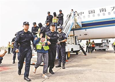 36名网络诈骗嫌犯被押解回国