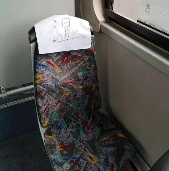杭州公交车上一张纸条火了!只有一个字 暖到无数人