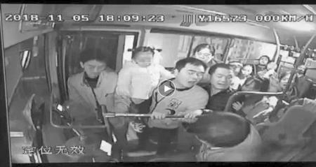 男子抓扯公交司机 乘客果断出手阻止