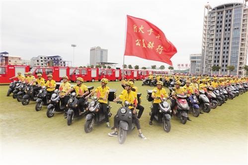 队员进行灭火演练 群众参与公益骑行