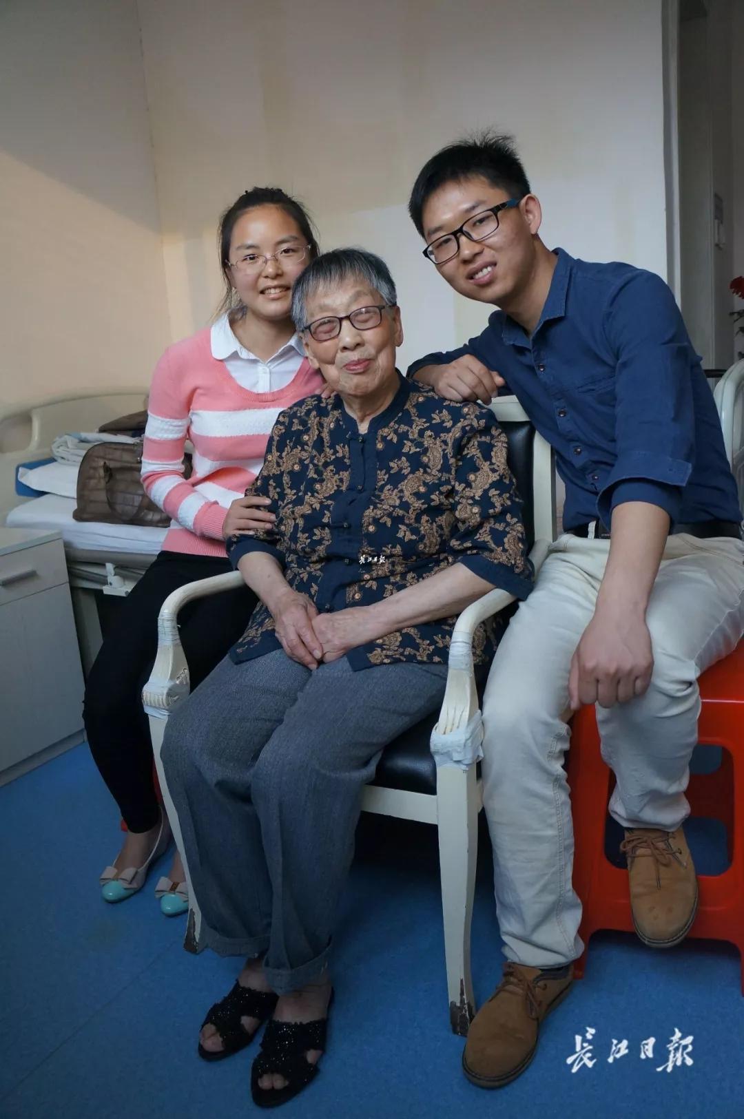 91岁大学老师从一块银元开始助学 20多年舍不得买一件新衣