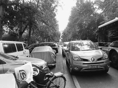 北京海淀區嶺南路 亂停車堵了校門占了車站