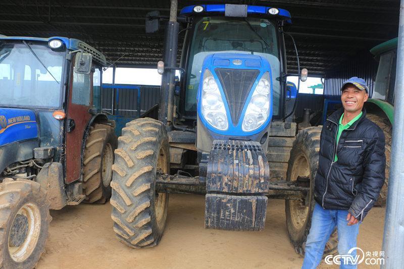 """从""""失地农民""""转变为现代农业的一份子,韦文河很自豪。(何川/摄)"""