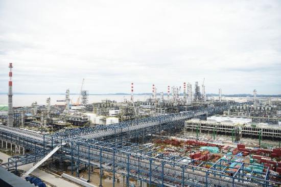 恒逸石化大摩拉岛综合炼化项目施工现场。新华社记者王申摄