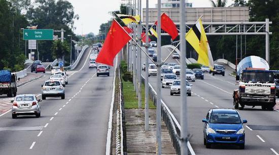 文莱首都斯里巴加湾市道路两侧挂起中文两国国旗。新华社记者王申摄