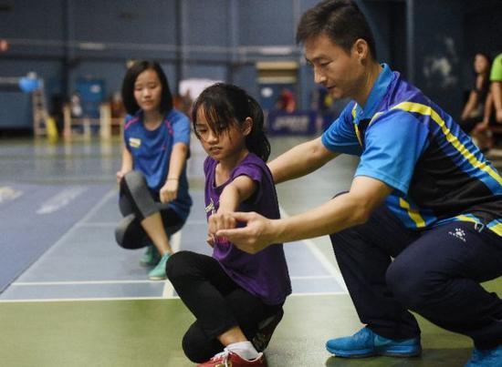 文莱国家武术队教练李辉(右)在指导文莱学生武术动作。新华社记者王申摄