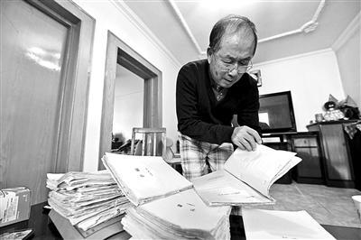 七旬通讯员投稿40年记录怀柔20本手稿180篇见报稿
