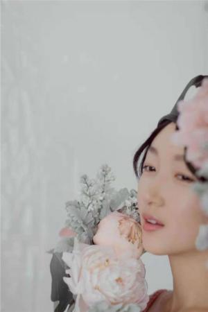 周冬雨粉裙现身中国福利彩票3d开奖时髦盛典 获年度芳华偶像奖