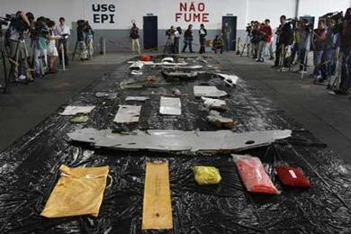 巴西军方展现打捞的法航客机残骸。