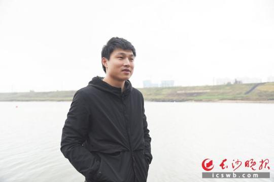 昨日,在浏阳河边,章维讲述他的救人经历。 长沙晚报记者 刘琦 摄