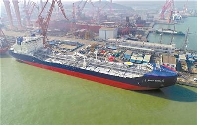 全球首艘极地凝析油轮广州造 切冰就像切豆腐