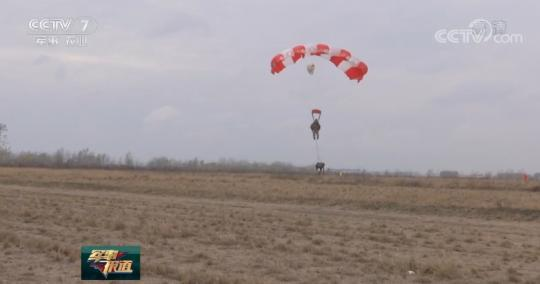 我军某特战旅武装跳伞训练 锤炼立体渗透实战本领