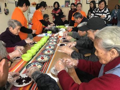 日间照料室里,老人们在学做雪花酥。(孔华/摄)