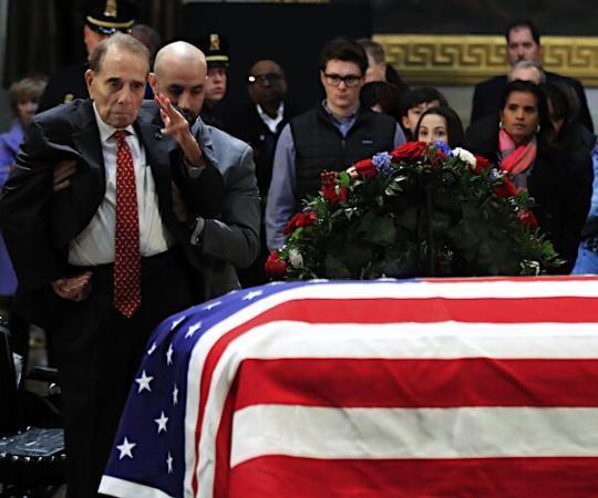 95岁老兵坐轮椅参加老布什葬礼 被扶站起之后向灵柩敬礼(原创)