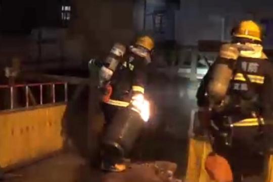 消防队员拎液化气钢瓶狂奔100米