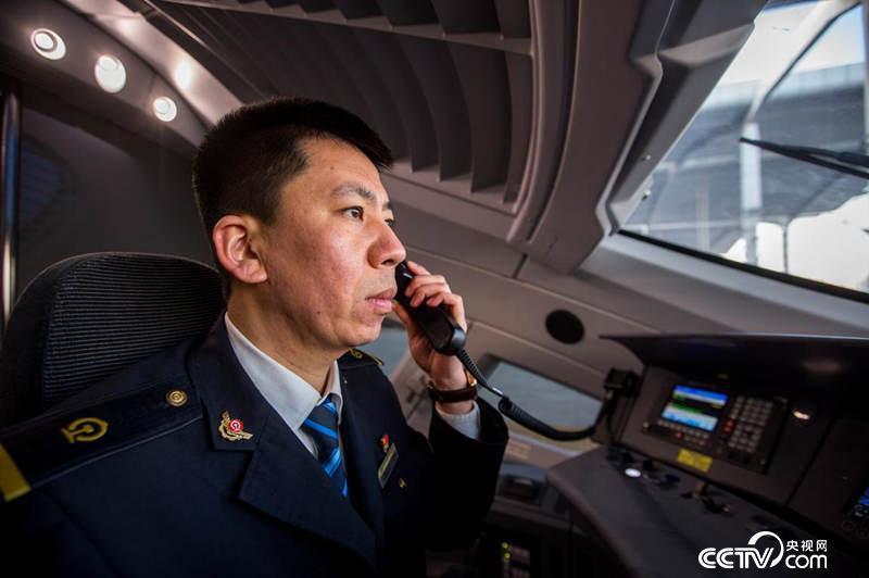 郑海超是哈大高铁线上的别名高铁司机,担当着哈尔滨至北京高铁列车的牵引义务。