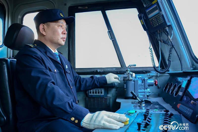 张光伟驾驶着时速120公里的电力机车,从哈尔滨到长春3个幼时就能到。