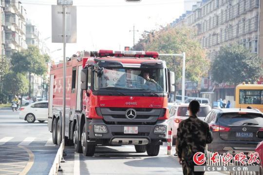 昨日,金霞消防中队消防员驾驶消防车到湘江世纪城小区进行实地考察演练,熟悉相关情况。长沙晚报记者 刘琦 摄
