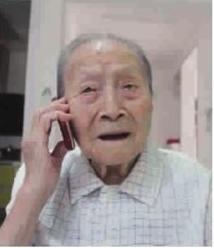 百岁老人成为手机迷:随时要把手机放在身边