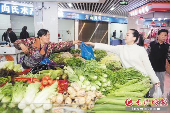 市民在乾净清明的溁湾生鲜市场买菜。  长沙晚报记者 余劭劼 摄