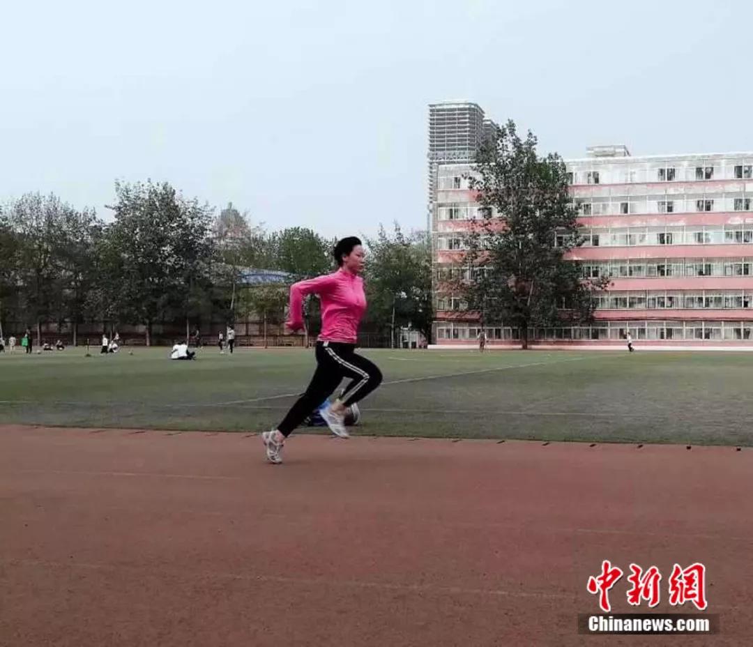 24年,残疾的她一路奔跑,从弃婴到大学研究生…