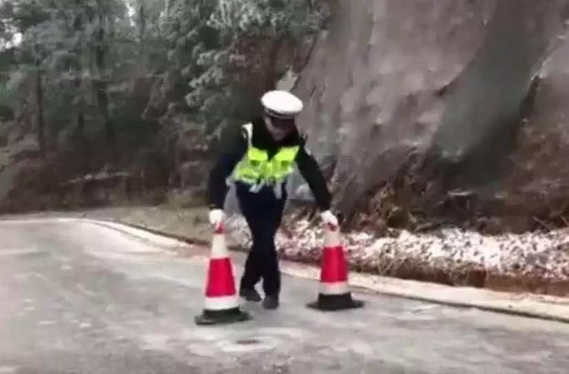 """交警路上""""滑冰""""视频火了!网友:笑过之后我哭了……"""