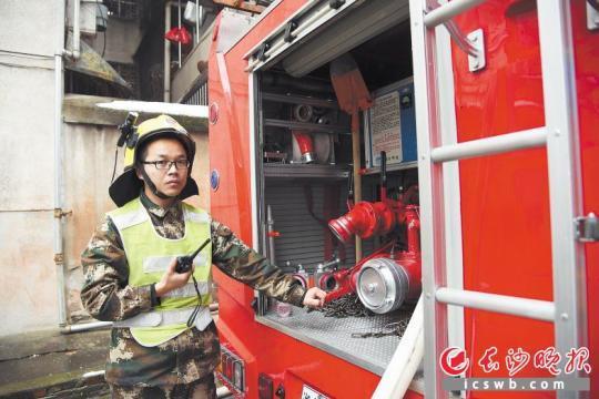 昨日上午,消防员在为长沙市传染病医院供水。  长沙晚报全媒体记者 刘琦 摄